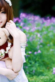 花丛中清纯可爱美女和小熊